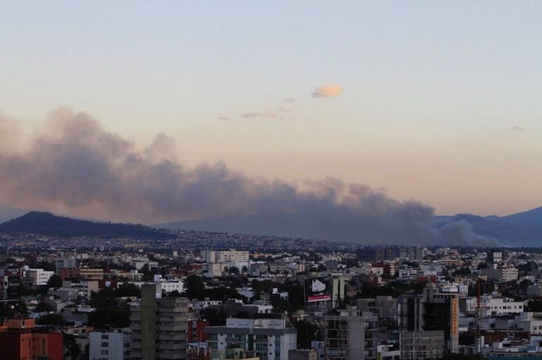Viento complica labores para sofocar incendio en Xochimilco